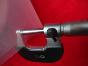 Na zdjęciu folia ma grubość 0,150 milimetra - lub inaczej 150 mikronów.